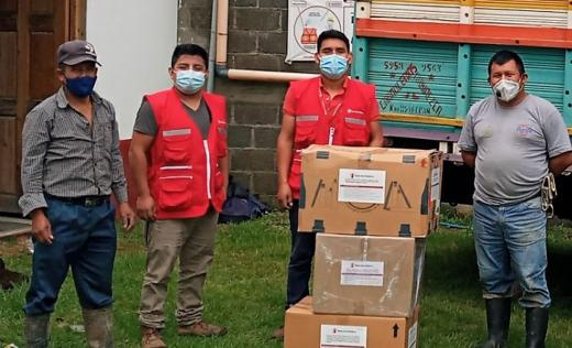 SC team delivering kits to be used by population affected by Eta emergency