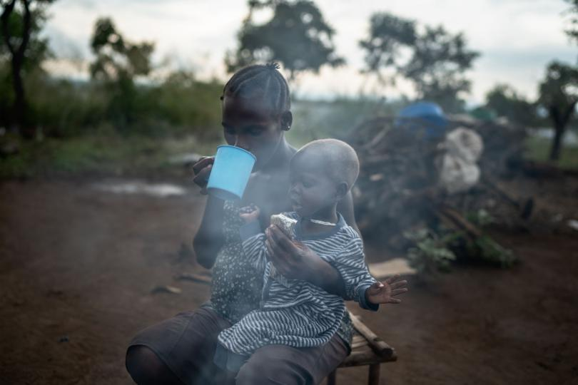 Joanne and Phoebe drink the porridge and peanut paste. Frederik Lerneryd / Save the Children