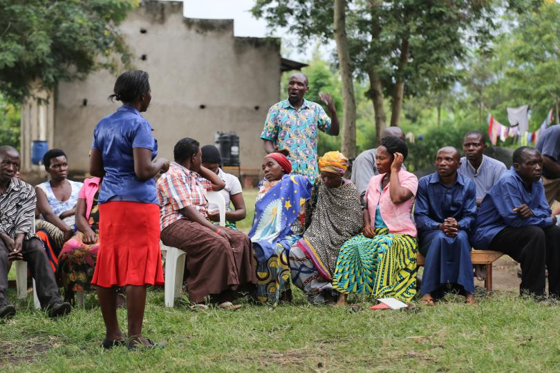 Villagers in Kyempara ask questions about Ebola. Alun McDonald / Save the Children