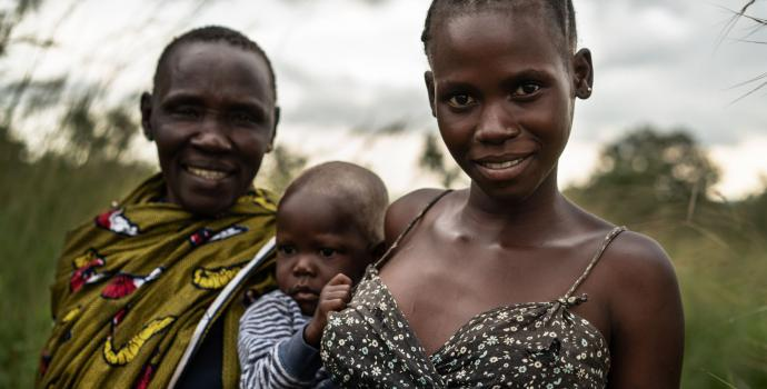 Joanne and a healthy Phoebe, with their grandmother. Frederik Lerneryd / Save the Children