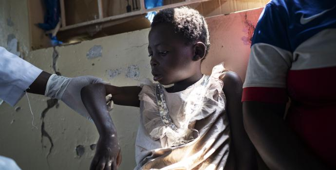 6 year old Nabulungi gets treatment for her gunshot wound. Frederik Lerneryd / Save the Children