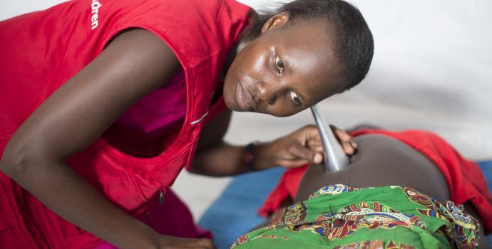 A midwife in Uganda. Guilhem Alandry/Save the Children