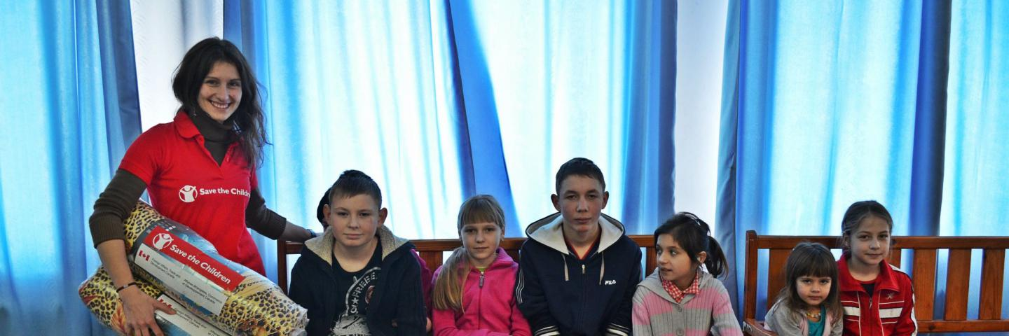 Save the Children distributed 50 blankets, pillows and bed linen sets to children from Debaltseve